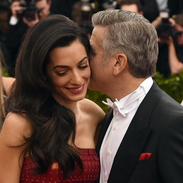 Prvi put u javnosti nakon spekulacija da je trudna: Amal Kluni pokazala trudnički stomačić (FOTO)
