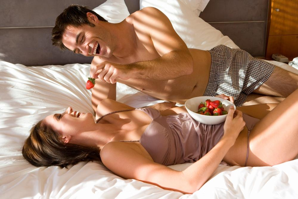 Красивый секс у Riley Reid с большим и нежным негром на кровати