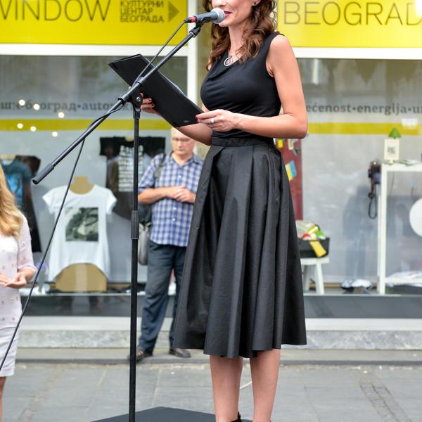 Modni jubilej: Poznate lepotice prodefilovale centrom grada (FOTO)