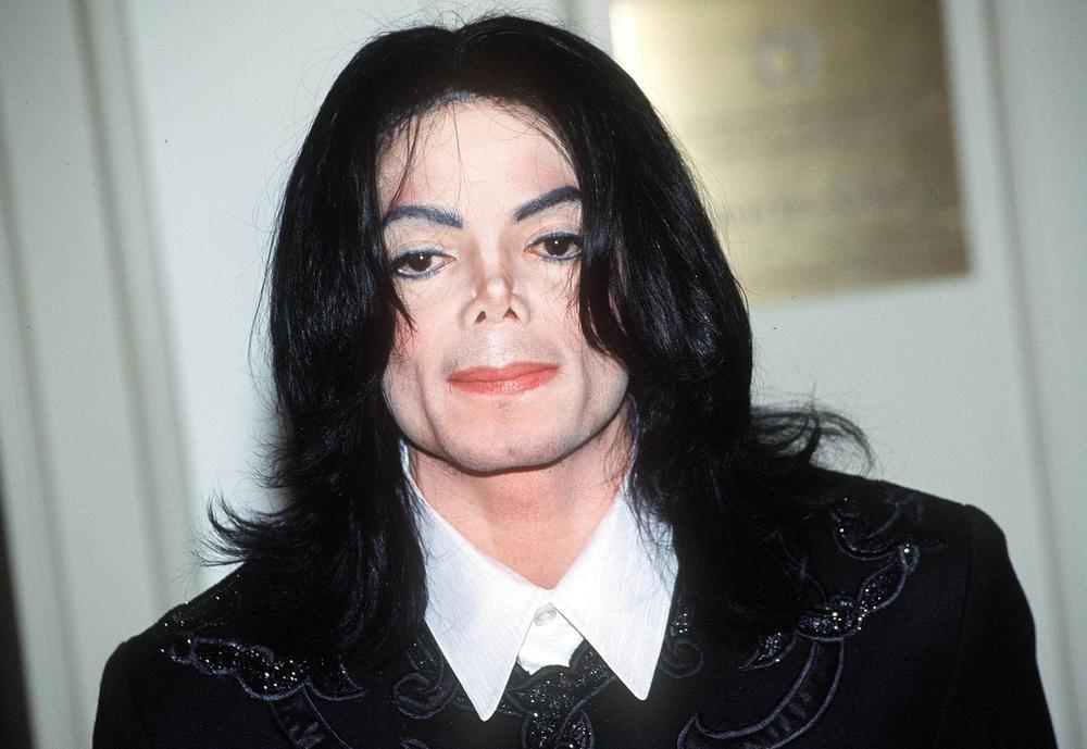 <p>Mnogobrojne plastične operacije, promena boje kože, tabletomanija, fobije, pedofilija i misteriozna deca samo su neke od kontroverzi koje su se vezivale uz ime Majkla Džeksona, koji je nakon tragične smrti zaradio više novca nego tokom svoje četrdesetogodišnje karijere.</p>