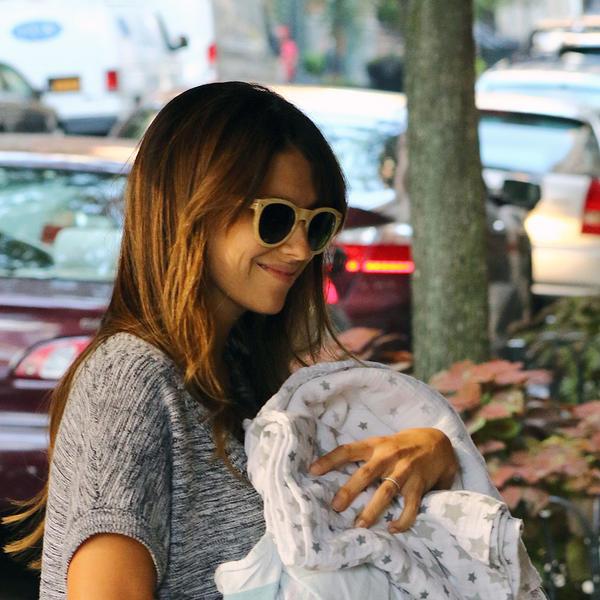 Smatrali su da treba da jedem samo salatu i pijem vodu, ali ja sam našla način: Supruga poznatog glumca iskreno o kilogramima nakon trudnoće (FOTO)