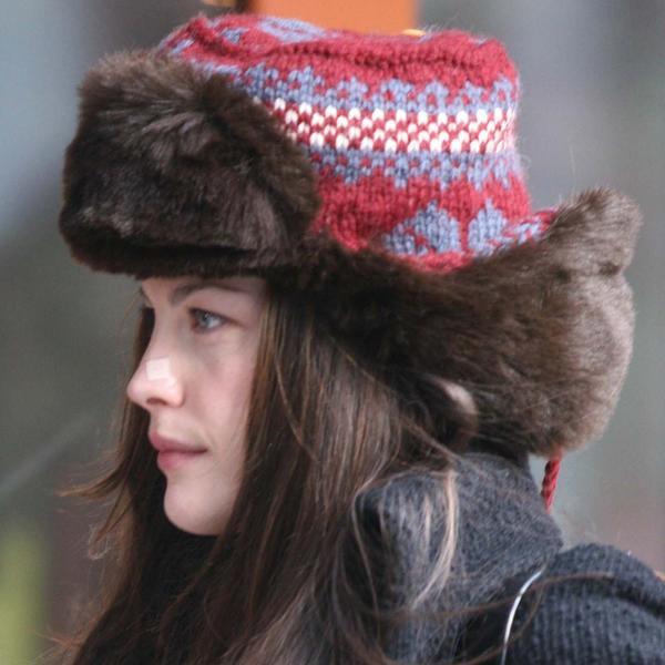 I moderna i praktična: Ovo je malo ko primetio, ali sve zimske kape poznatih imaju ISTI detalj (FOTO)