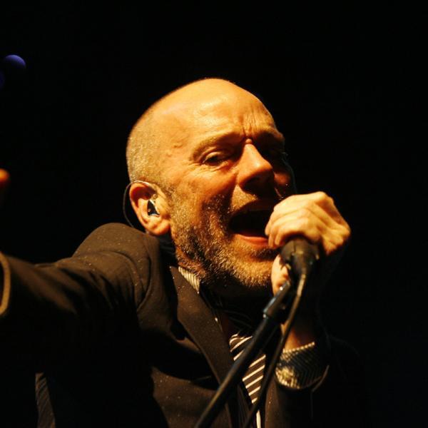 Puštena brada, pirsing u nosu: Popularni pevač grupe R.E.M skoro pa neprepoznatljiv ! (FOTO)