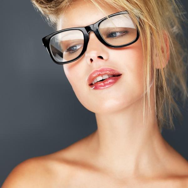 Žene koje nose naočare za vid trebalo bi da ih se pridržavaju: Osam saveta kako da pravilno istaknete i našminkate oči (FOTO)