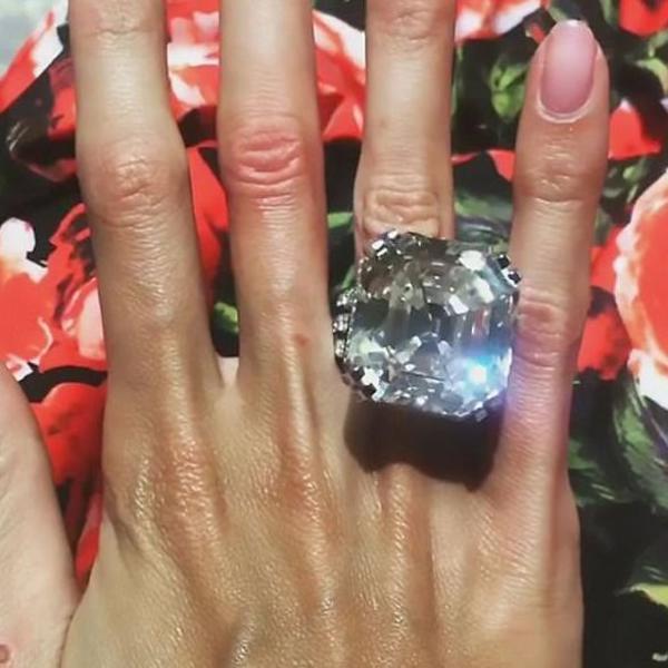 Manekenka se pohvalila najvećim dijamantskim prstenom ikada: Gigantski kamen od 70 karata koji košta 8 miliona funti (FOTO)