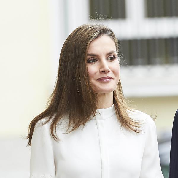 Stejtment suknja, lepršava bela košulja, crvene štikle: Kraljica Leticija na ulicama Madrida - oličenje poslovne elegancije (FOTO)