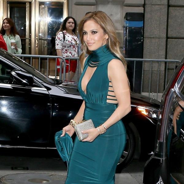 Haljinu neobičnog kroja odabrala je za posebno veče: Dženifer Lopez posle dugo godina napravila modni kiks? (FOTO)