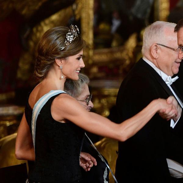 Ne nosi skupu odeću, a uvek nadmaši i Kejt i Melaniju: Najbolje odevne kombinacije kraljice Leticije u 2017. godini