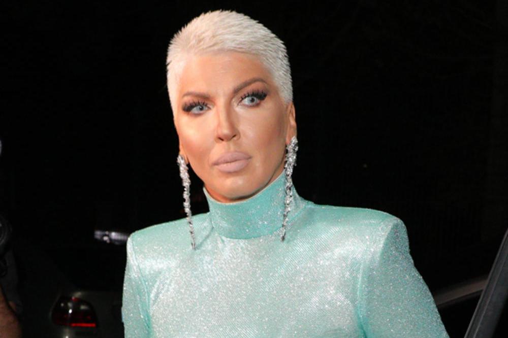 POTPUNO DRUGAČIJA: Jelena Karleuša IZNENADILA javnost DRASTIČNOM PROMENOM -  evo kako izgleda sa NOVOM frizurom i BEZ TRUNKE ŠMINKE! (FOTO)