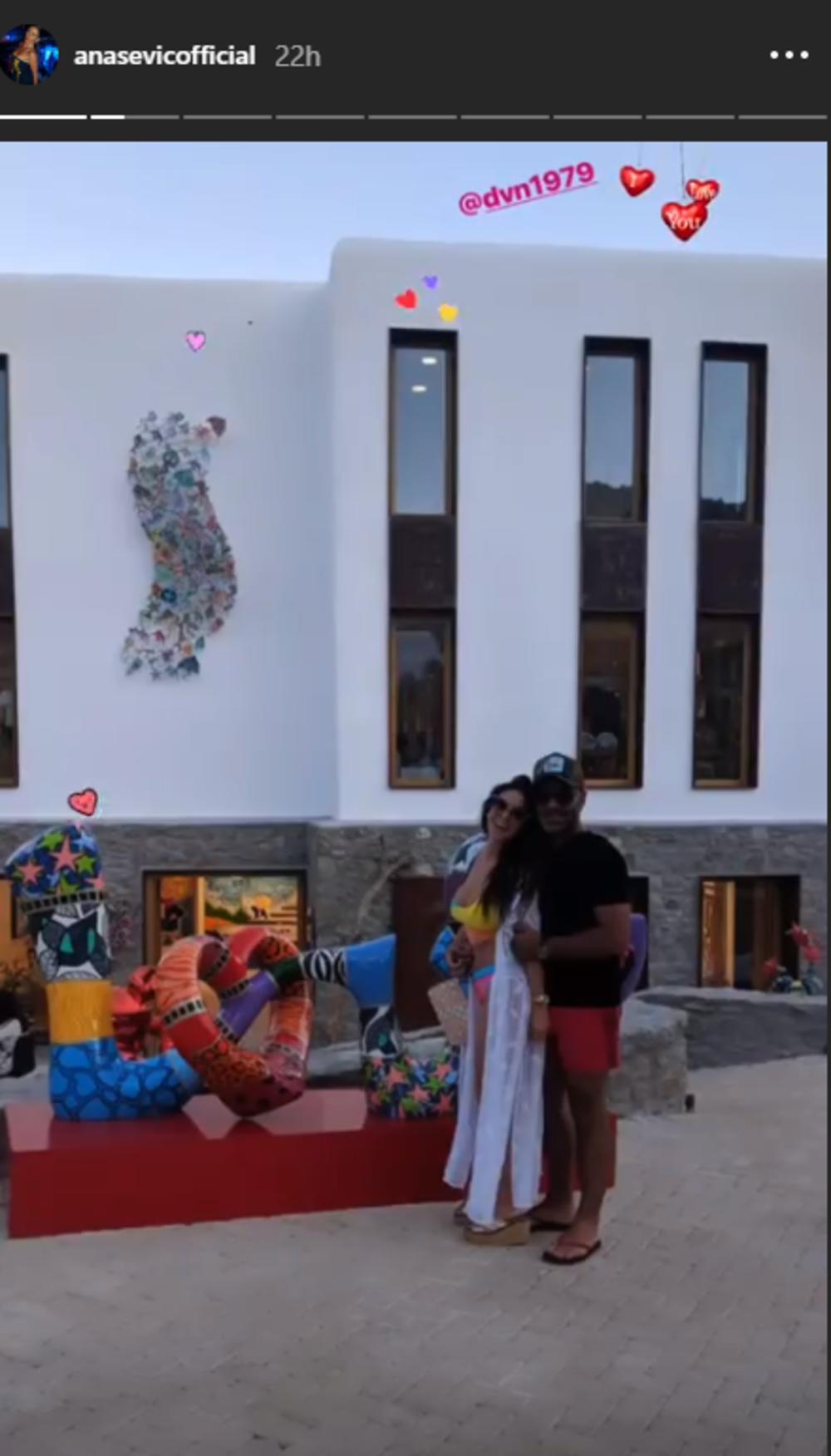 <p>Ana i njen momak Danijel provode divno vreme na popularnoj destinaciji Mikonos.</p>