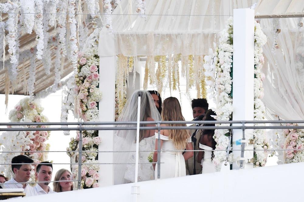 <p>Iako nisu želeli da sačuvaju detalje venčanja u privatnosti, javnost ipak ima priliku da se uveri kako je izgledalo ovo romantično venčanje.</p>
