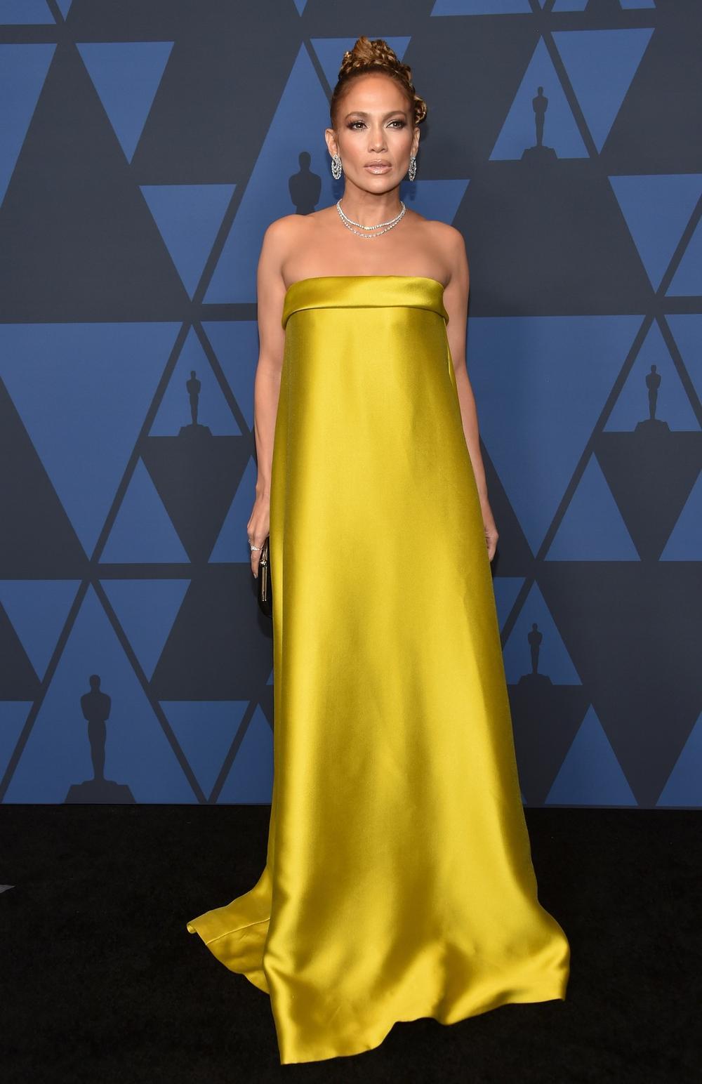 <p><br /> Popularna pevačica i glumica privlači pažnju javnosti svakim svojim modnim izborom, ali ovog puta nisu svi oduševljeni njenim izgledom.</p>