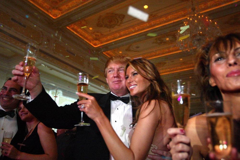 <p>Melanija Tramp je u braku sa predsednikom SAD-a već 15 godina, a pre nego što su odlučili da stanu na ludi kamen, zabavljali su se 7 godina.</p>