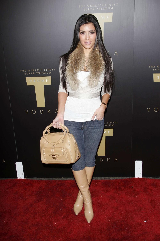 <p>Četrnaest godina kasnije, Kim Kardašijan je ta koja korača ispred Paris Hilton i nosi zlatnu torbu.</p>