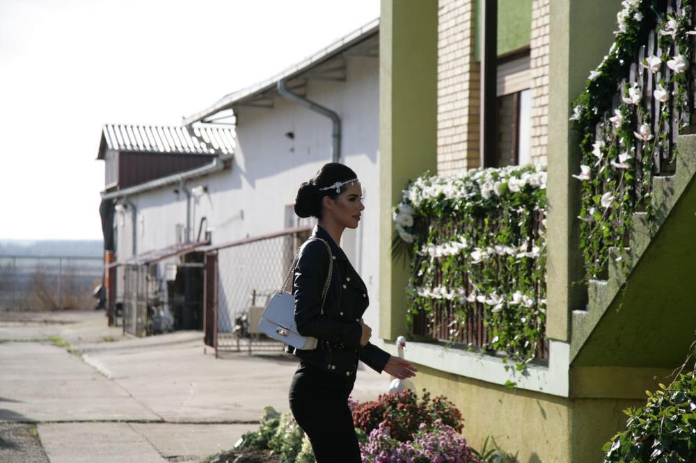 <p>Lepa izabranica Veljka Ražnatovića stigla je u rodni Titel, a iako još uvek nije obukla venčanicu imali smo priliku da vidimo za kakvu se frizuru išminku odlučila.</p>
