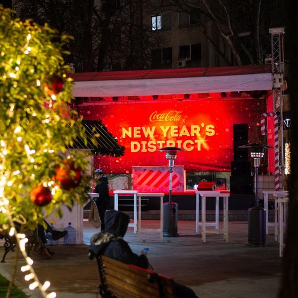Coca-Cola x New Year's District: Svakog dana super žurka uz dobru muziku i Deda Mraza