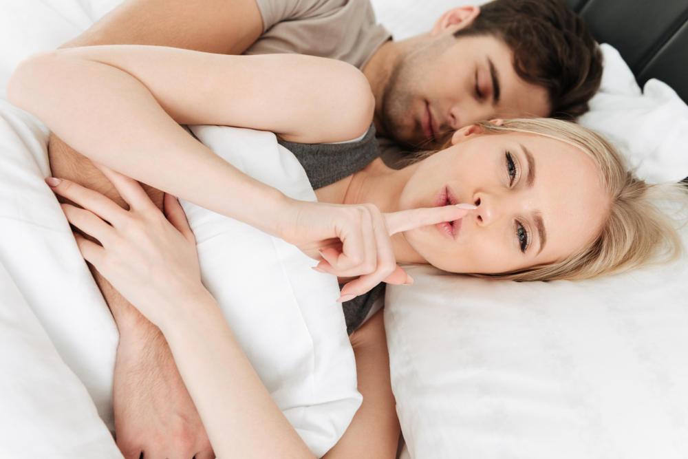 par u krevetu, tajna, horoskop, pssst, ljubavni par, zaljubljeni par, preljuba, prevara, u krevetu, par