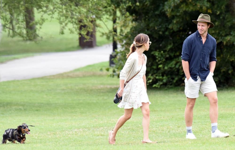 <p><br /> Ako ste mislili da u svetu slavnih romantični izlazak podrazumeva luksuzne restorane i društvo superzvezda, prevarili ste se — nekad su to samo momak, devojka i njen pas u parku</p>