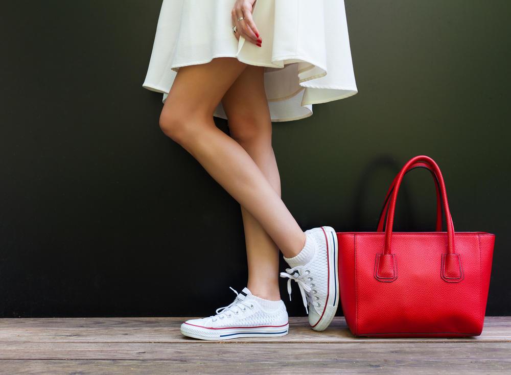 mini haljina, kratka haljina, letnja haljina, crvena torba, torba, tašna, starke, patike, suknja, bela suknja, bela haljina, noge