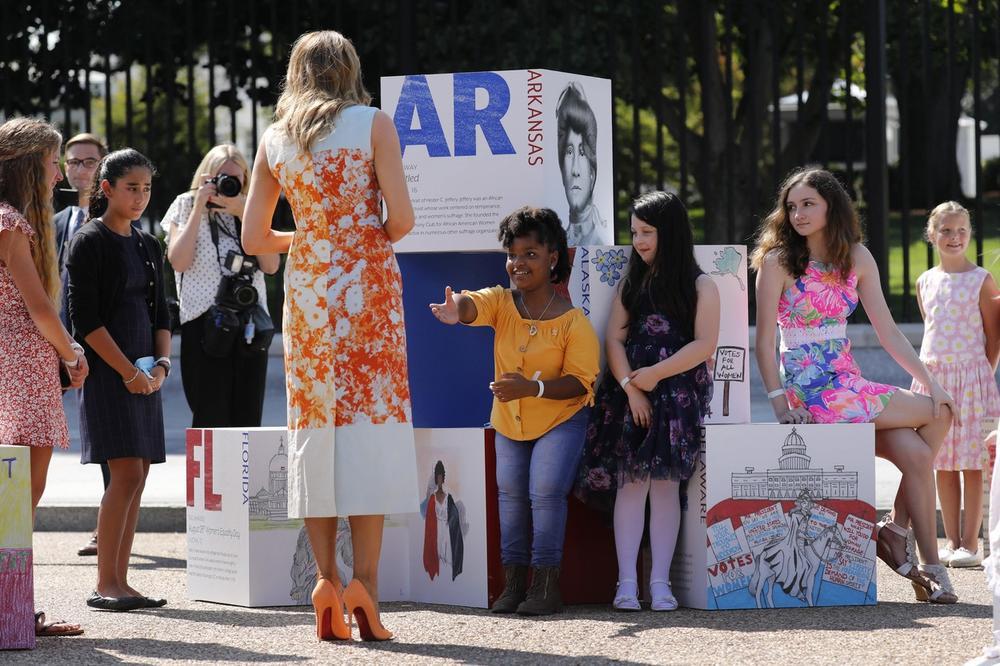 <p>Prva dama Amerike još jednom je oduševila svojim modnim izborom, a ovog puta je rešila da zablista u narandžastim tonovima</p>