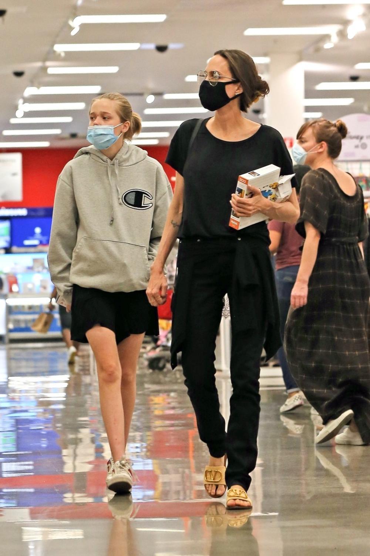 <p><strong>Anđelinu Džoli </strong>i njenu decu fotografi su uslikali dok su bili u kupovini, ali najprimećenije ovog puta bila je njena i Bredova ćerka <strong>Šajlo</strong>.</p>
