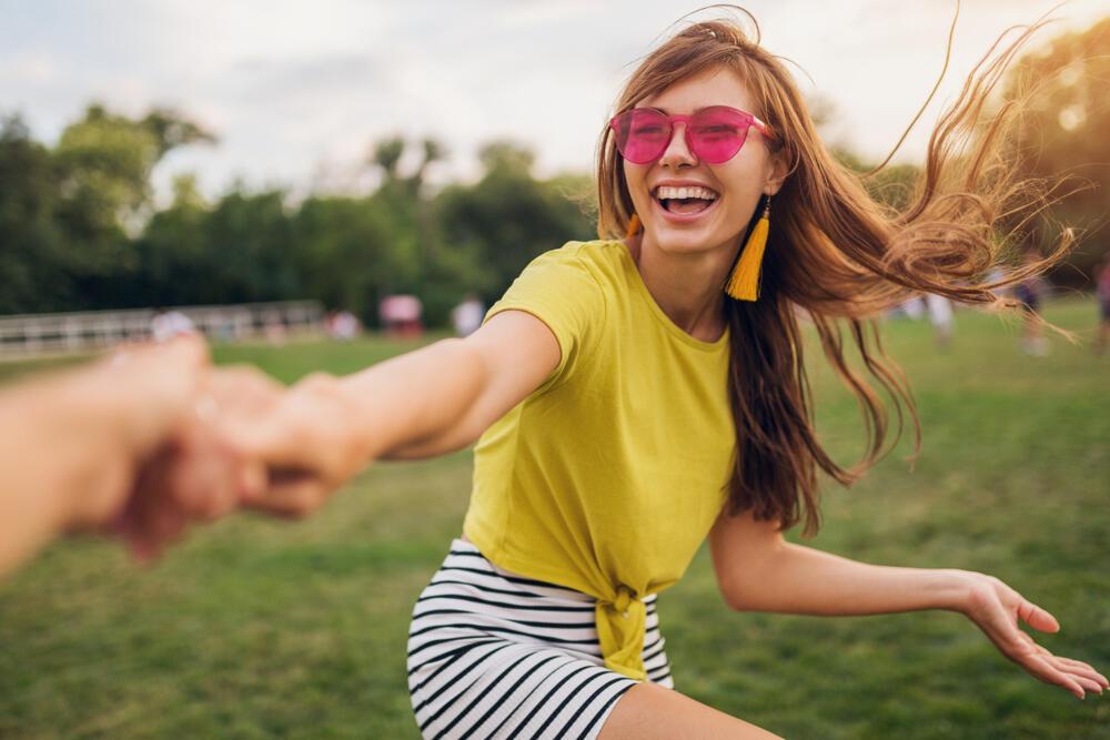 žuta boja, sreća, osmeh, devojka, prirodna lepota