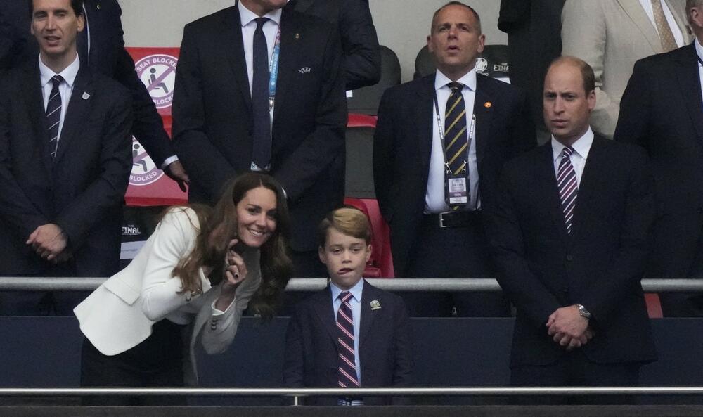 <p>Princ Džordž od Kembridža danas puni osam godina, a nije ni čudo što svi komentarišu da je slika i prilika svog oca Vilijama. Dovoljno je samo pogledati njegovu najnoviju fotografiju!</p>