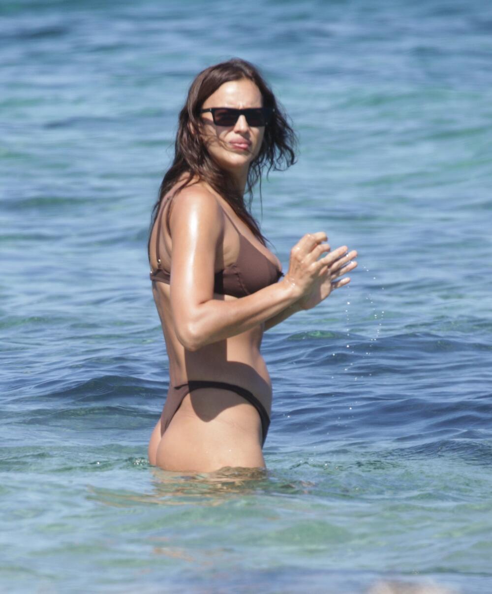 <p>Ruska manekenka jedna je od najpoželjnijih žena današnjice i teško da bilo ko može da joj prigovori nešto na račun izgleda... ili je makar tako bilo do juče, kada su se pojavile njene fotografije s plaže.</p>