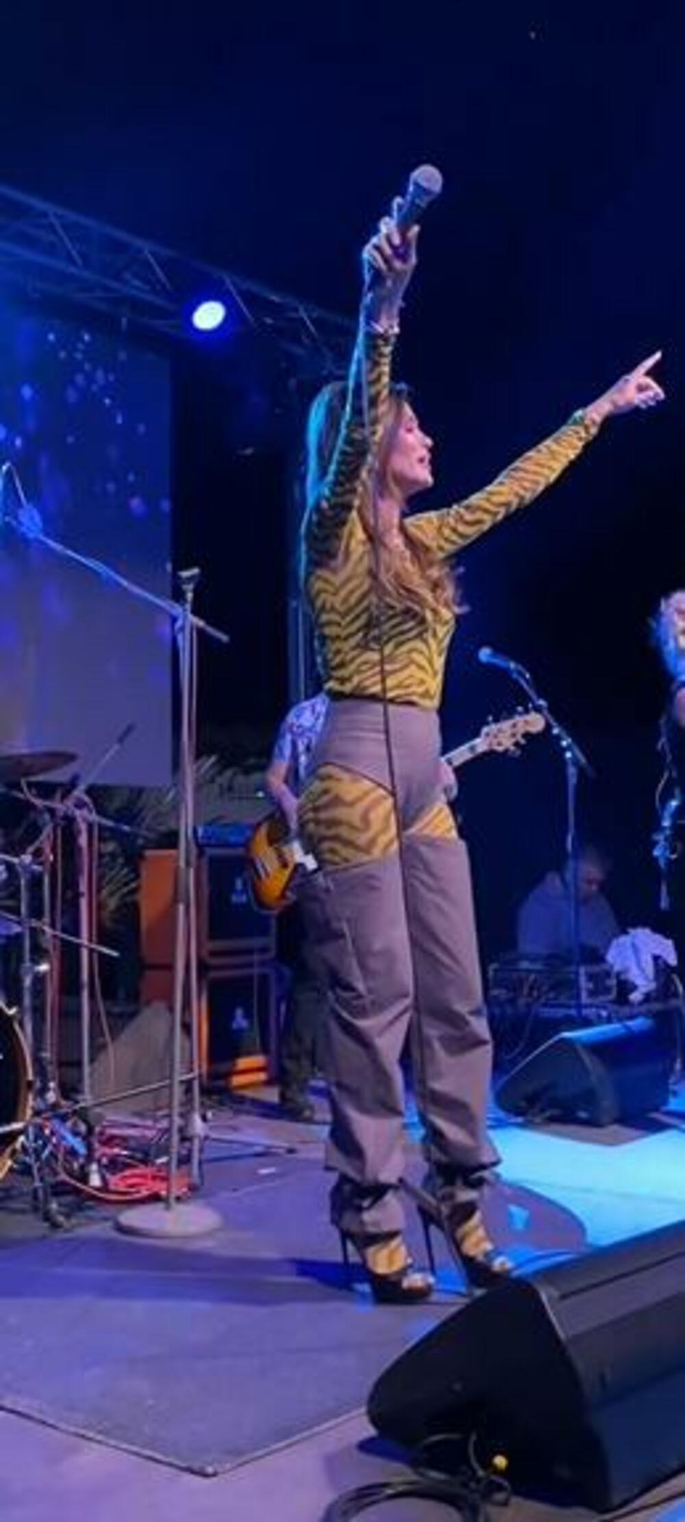 <p><strong>Pevačica </strong>je za jedan svoj nastup odabrala da obuče sličan odevni komad koji je svojevremeno nosila i<strong> Rijana</strong></p>
