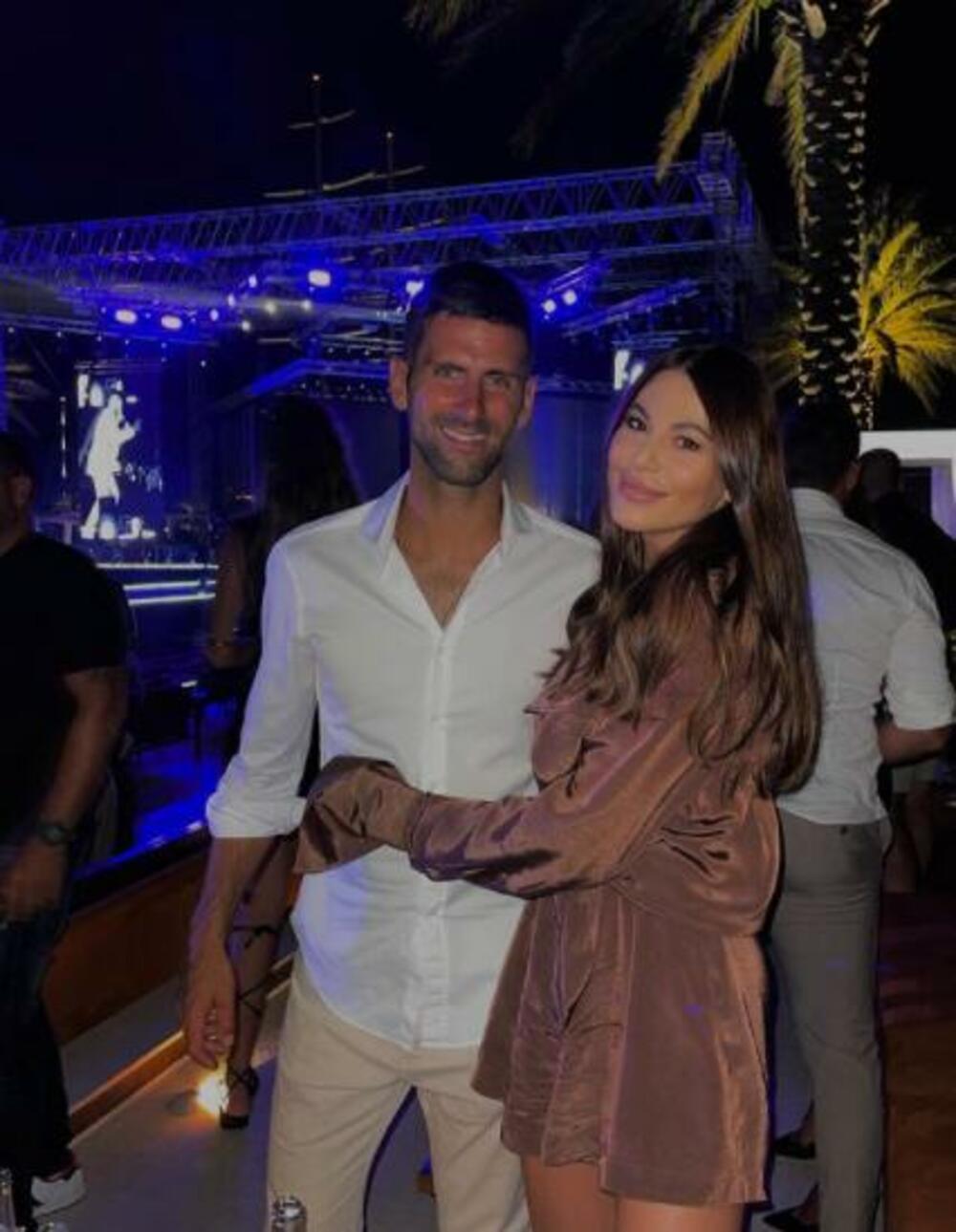 <p>Najuspešniji srpski teniser <strong>Novak Đoković </strong>i njegova supruga <strong>Jelena </strong>provode nezaboravne dane na crnogorskom primorju, a dok se teniser priprema za US Open, našao se u društvu popularne glumice, pevačice, košarkaša...</p>