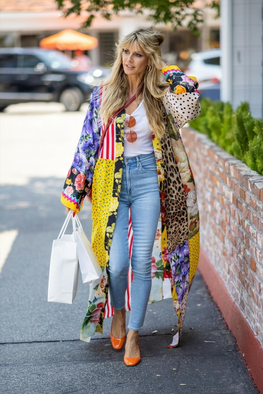 <p>Manekenka je prošetala u autentičnom izdanju ulicama velikog grada dok je išla u kupovinu i takoprivuklapažnju paparaca</p>