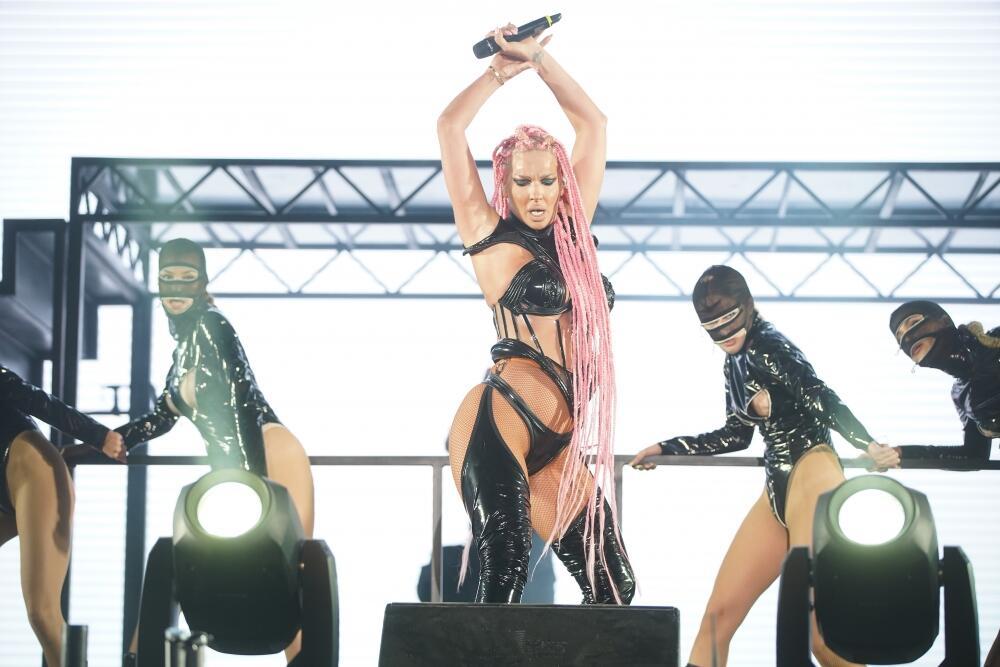 <p>Pevačica je za svoj nastup odabrala prilično interesantne kombinacije na koje nemoguće ostati bez komentara</p>