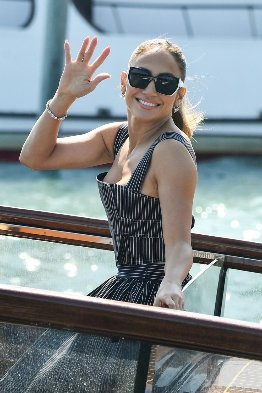 <p><strong>Glumica</strong> se ukrcala na brod i provozala po italijanskog gradu na vodi i tako uživala u Suncu i povetarcu u jednostavnoj kombinaciji koju je izabrala za ovu priliku</p>
