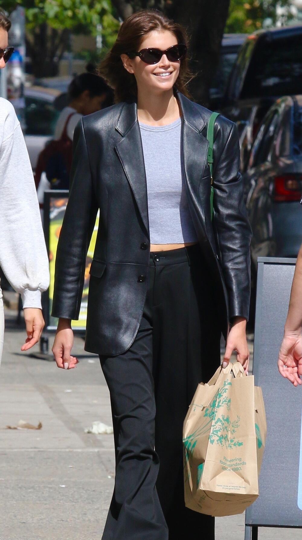 <p>Popularna manekenka i ćerka<strong> Sindi Kraford </strong>možda ima sav novac, slavu i ljubav dizajnera na svetu, ali to ne znači da će svaki dan nositi novu jaknu. Naprotiv, ona je, kao i većina devojaka na svetu, pronašla praktičan model i ne odriče ga se!</p>